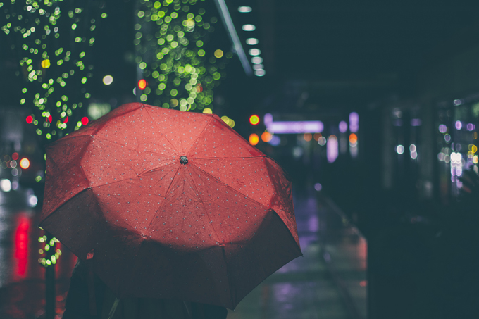 電車に乗る都内のサラリーマンは折りたたみ傘を使えばいいのに